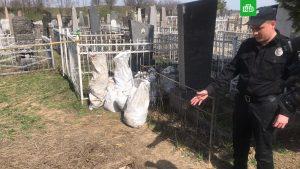 Украинские вандалы грабят могилы жертв Холокоста в поисках ценностей