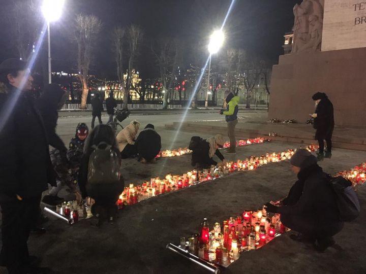 Тысячи свечей зажжены у памятника Свободы в память о жертвах Холокоста