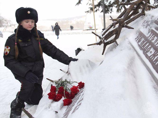 В Кемерове росгвардейцы с воспитанниками профильного класса почтили память жертв Холокоста