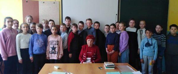 Школьники Лихославля встретились с бывшей узницей