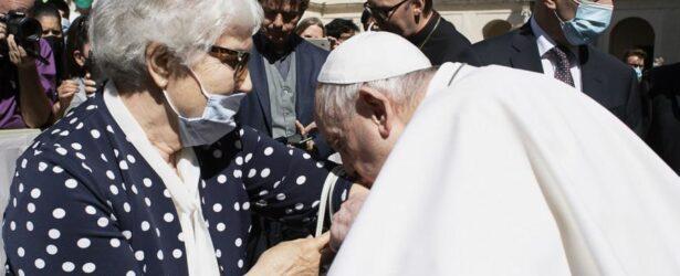 Папа римский Франциск поцеловал вытатуированный на руке номер бывшей узницы